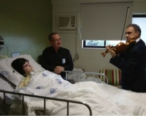 Maestro Paulo Torres violinista voluntario toca e emociona pacientes de hospitais de Curitiba