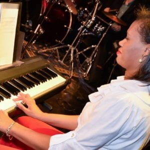 Professora Larissa Diniz - Aulas de Piano e Teclado Curitiba - Ritmo e Som - 03661